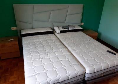 Dormitorio con camas articuladas