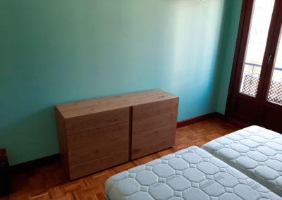 Dormitorio con camas articuladas Hukla,cabezal Acana y cómoda y mesillas de Mobenia
